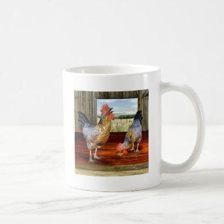 Pollos en granero taza de café