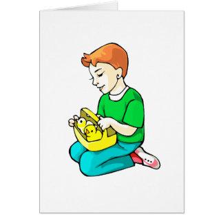 pollos verdes de la camisa del muchacho en la tarjeta pequeña