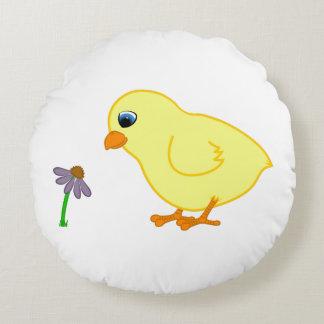 Polluelo amarillo con Coneflower púrpura Cojín Redondo