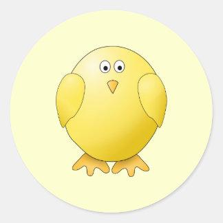 Polluelo amarillo lindo. Pequeño pájaro Pegatina Redonda