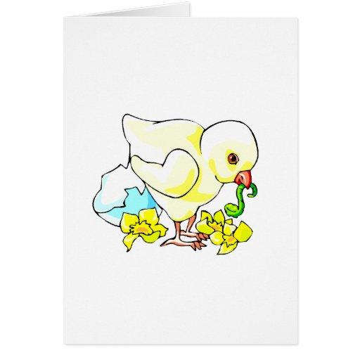 polluelo con la flor de la cáscara de huevo del tarjeta pequeña