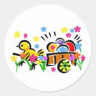 Polluelo con las camisetas y los regalos del carro etiqueta redonda
