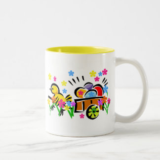 Polluelo con las camisetas y los regalos del carro tazas de café