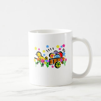Polluelo con las camisetas y los regalos del carro taza