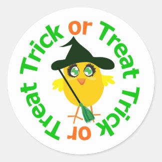 Polluelo de Halloween del truco o de la invitación Pegatinas Redondas