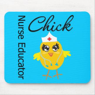 Polluelo de la enfermera de la carrera - educador  mouse pads