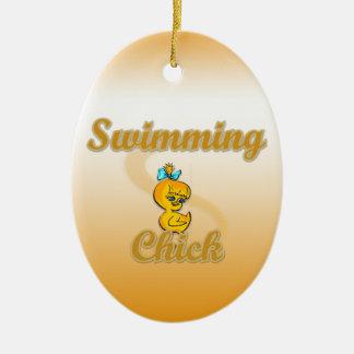 Polluelo de la natación adorno navideño ovalado de cerámica