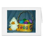 Polluelo de Pascua con la cesta Felicitaciones