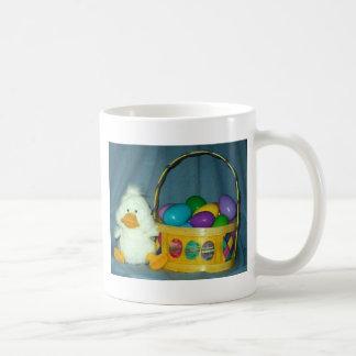 Polluelo de Pascua con la cesta Taza De Café