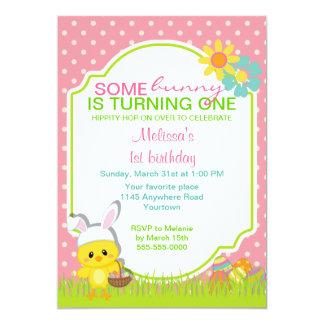 Polluelo de Pascua con la invitación del