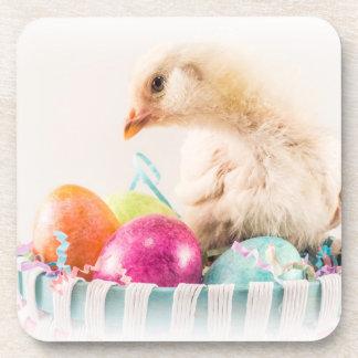 Polluelo del bebé en la cesta de Pascua Posavasos De Bebida