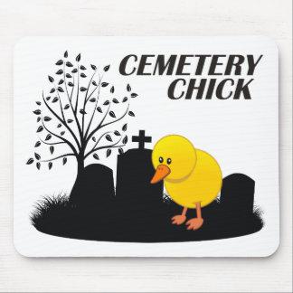 Polluelo del cementerio mouse pad