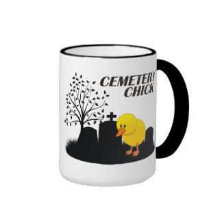 Polluelo del cementerio taza de dos colores