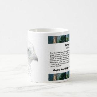Polluelo del halcón de los toneleros taza de café