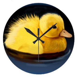 Polluelo del pato del pato silvestre en la charca reloj redondo grande