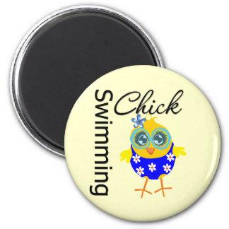 Polluelo deportivo lindo de la natación imán redondo 5 cm