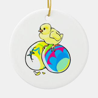 polluelo en dos huevos de Pascua coloreados Adorno Redondo De Cerámica