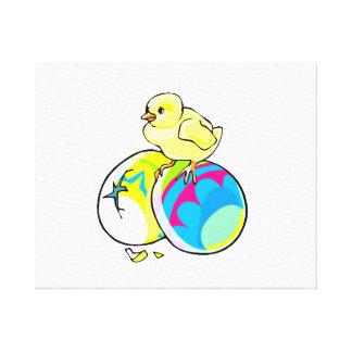 polluelo en dos huevos de Pascua coloreados Impresión En Lienzo