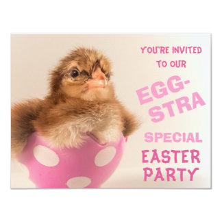 "Polluelo en el fiesta especial de Eggstra Pascua Invitación 4.25"" X 5.5"""