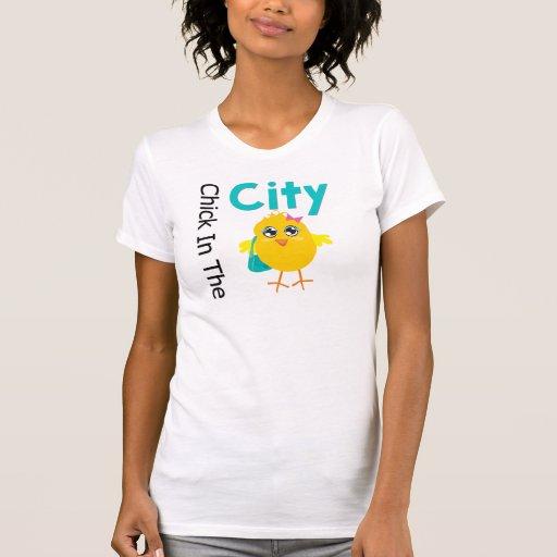 Polluelo en la ciudad camisetas
