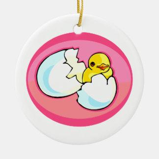 Polluelo en óvalo del rosa del huevo adorno redondo de cerámica