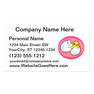 Polluelo en óvalo del rosa del huevo plantilla de tarjeta de negocio