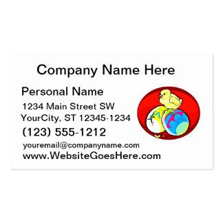 polluelo en óvalo rojo coloreado de dos huevos tarjetas de negocios