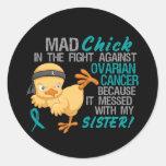 Polluelo enojado ensuciado con el cáncer ovárico pegatina redonda