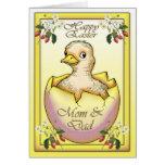Polluelo feliz de Pascua con el huevo, para la Felicitación