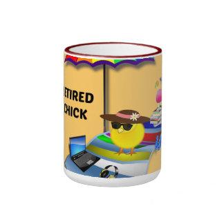 Polluelo jubilado taza de dos colores