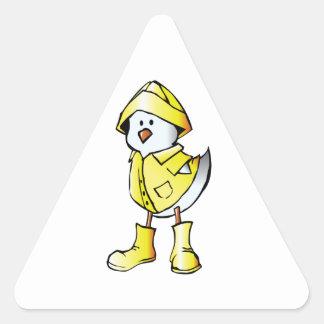 Polluelo lindo del bebé que lleva un impermeable pegatina triangular