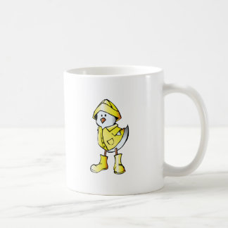 Polluelo lindo del bebé que lleva un impermeable taza clásica