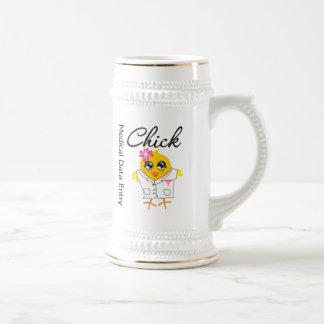 Polluelo médico de la entrada de datos taza de café