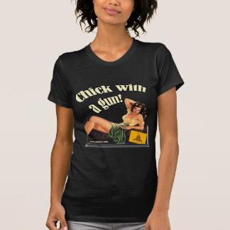 Polluelo proscrito con un arma camiseta