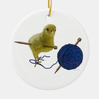 Polluelo que hace punto el ornamento adorno navideño redondo de cerámica