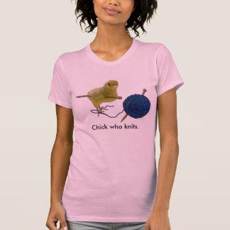 Polluelo que hace punto la camiseta de las señoras