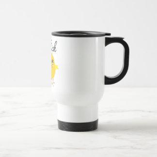 Polluelo que monta en bicicleta taza de café