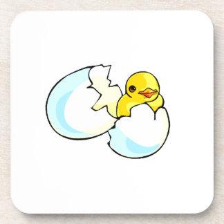 polluelo que oculta en diseño del huevo posavasos de bebida