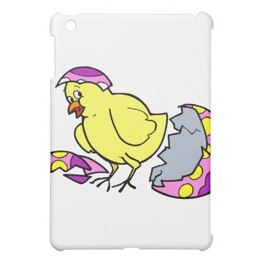 polluelo que trama el huevo amarillo púrpura