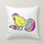 polluelo que trama el huevo amarillo púrpura almohadas