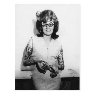 Polluelo tatuado de los vidrios postal