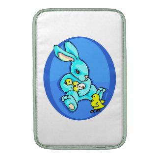 polluelos azules del conejo tres que sostienen un fundas para macbook air