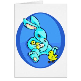 polluelos azules del conejo tres que sostienen un tarjeta pequeña