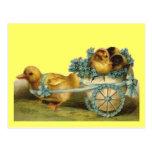 Polluelos de Pascua del vintage en el huevo de Postal