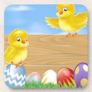 Polluelos de Pascua y muestra de madera Posavasos De Bebidas
