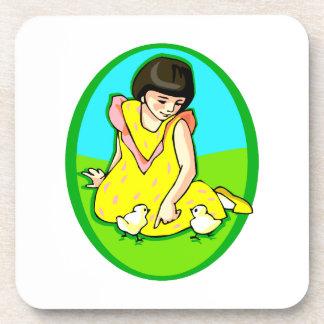 polluelos del vestido dos del amarillo del chica o posavasos de bebidas