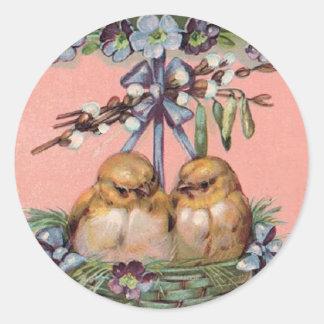 Polluelos del vintage en la cesta de Pascua Pegatinas Redondas