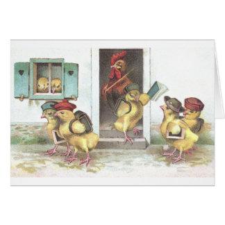 Polluelos en el profesor de la escuela y del gallo tarjeta de felicitación
