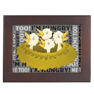 Polluelos hambrientos en una jerarquía caja de recuerdos