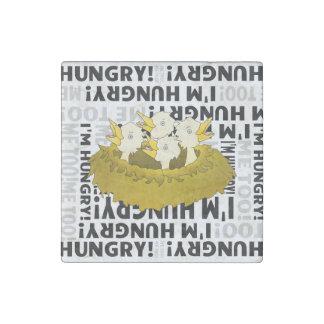 Polluelos hambrientos en una jerarquía imán de piedra
